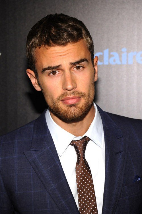 Theo James con cejas