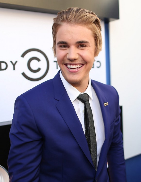 Justin Bieber con cejas