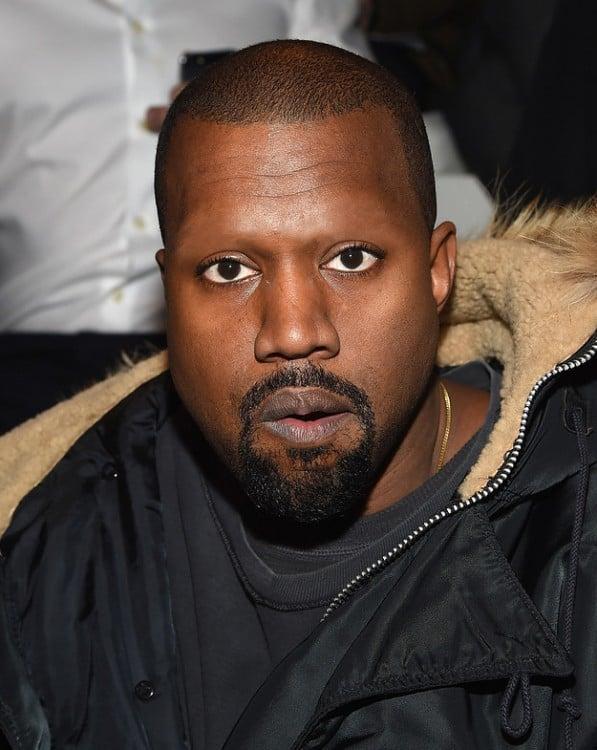 Kanye West sin cejas