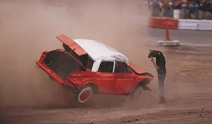 Fotógrafo en un duelo de carros