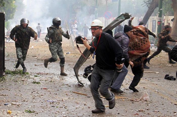 Fotógrafo en medio de una confrontación