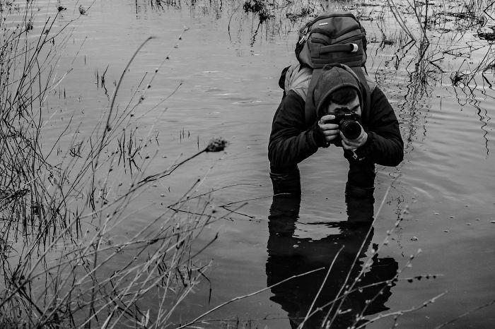 Fotógrafo en medio de un lago