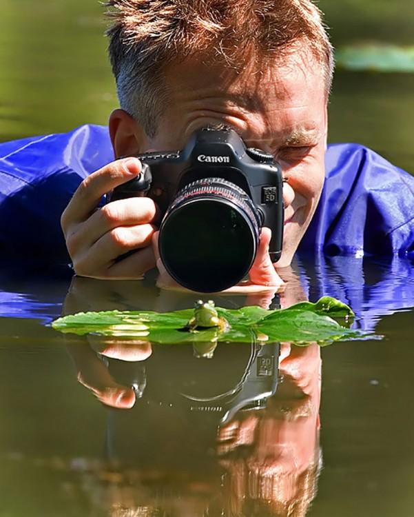 Fotógrafo dentro del agua tomando foto a una rana