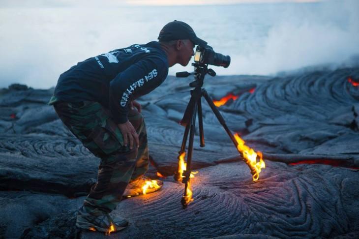 Fotógrafo en llamas sacando una foto