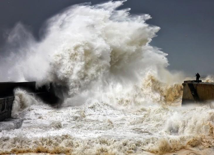 Fotógrafo en medio de las olas en una tormenta