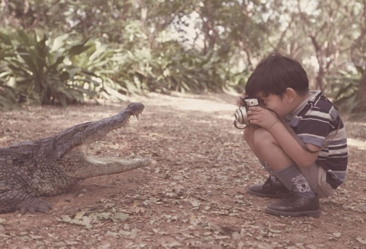 Niño tomando una fotografía a un cocodrilo