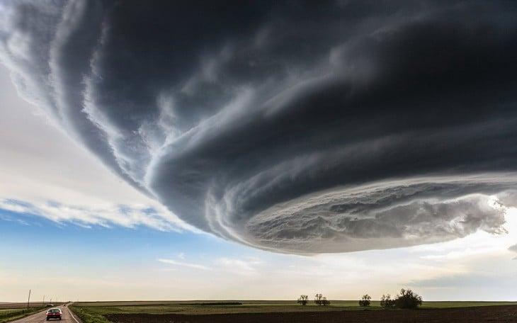 Fotografía de una gran nube sobre un bonito paisaje