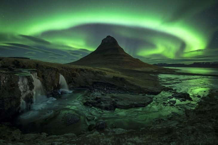 Montaña con un resplandor verde sobre ella