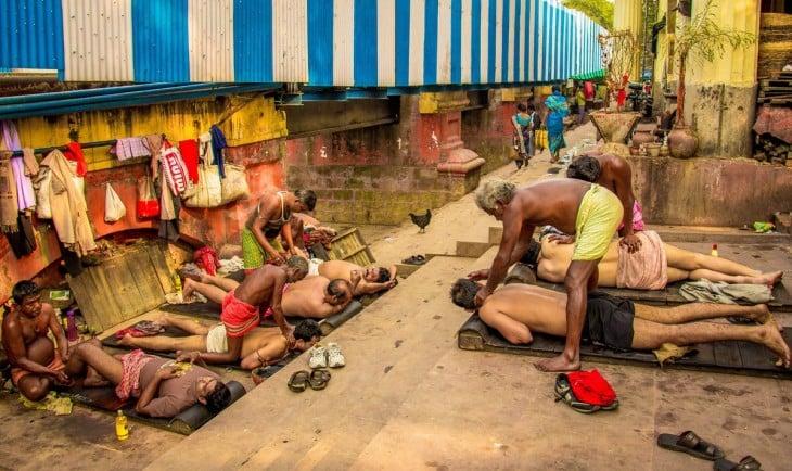 Hombres recostados recibiendo un masaje