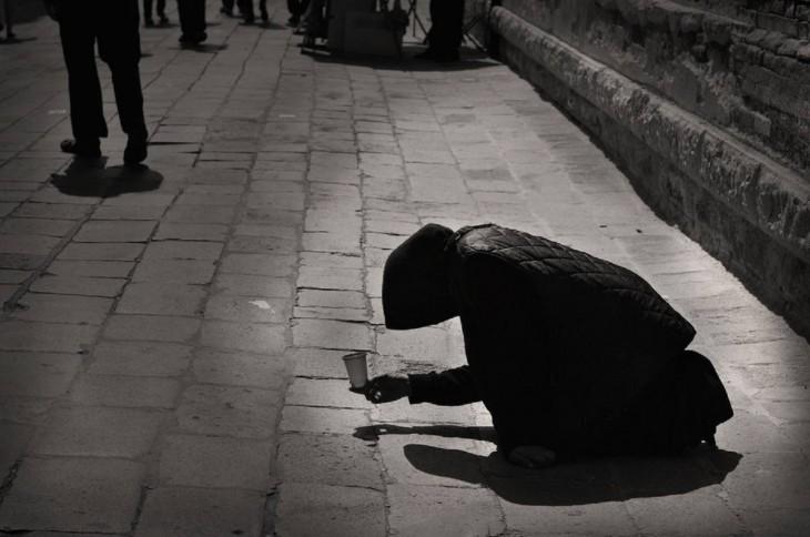 Persona arrodillada en el suelo