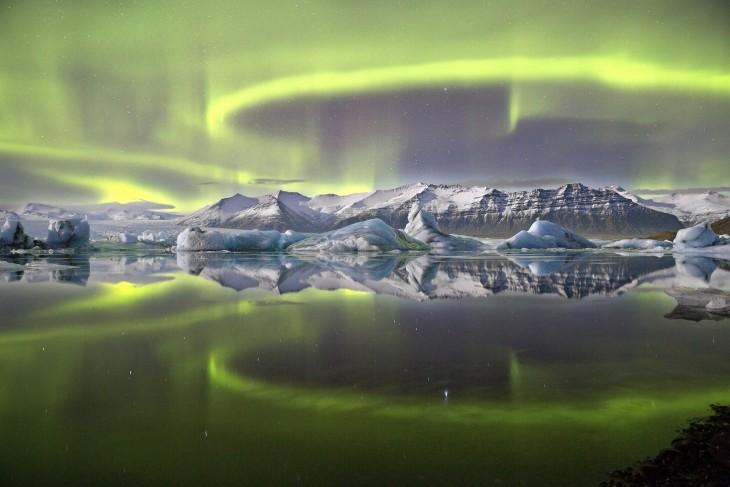 Fotografía de una aura sobre un glaciar