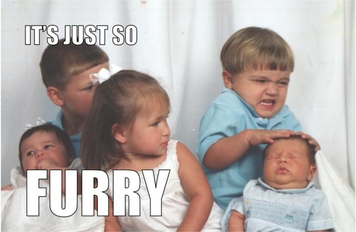 Niño empujando a un bebé en la foto