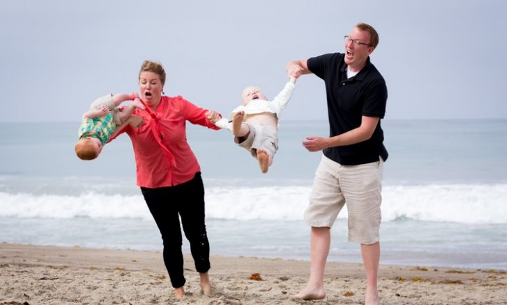 Bebé se le cae a su mamá en una foto familiar