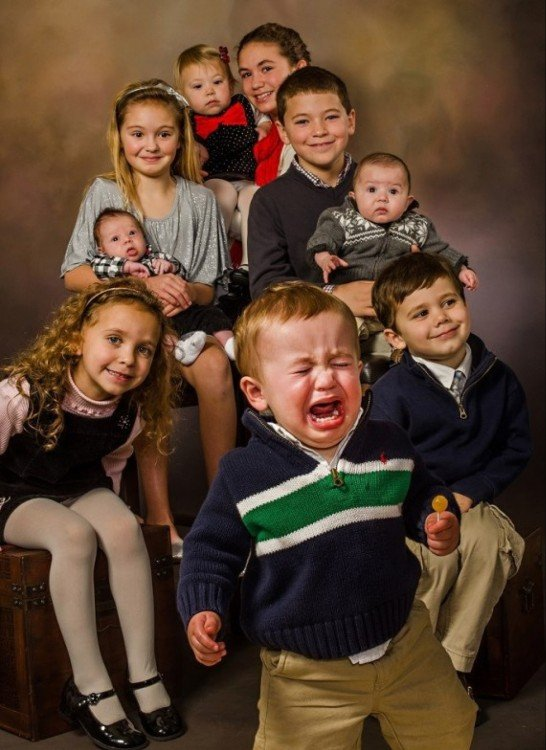 Niño llorando en foto familiar