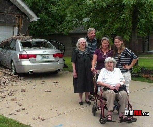 Carro destruido detrás de la familia posando para foto
