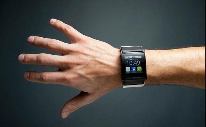 smartwatches en el brazo de un hombre