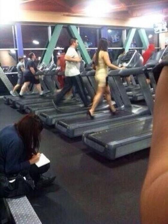 Chica en el gimnasio con vestido y tacones