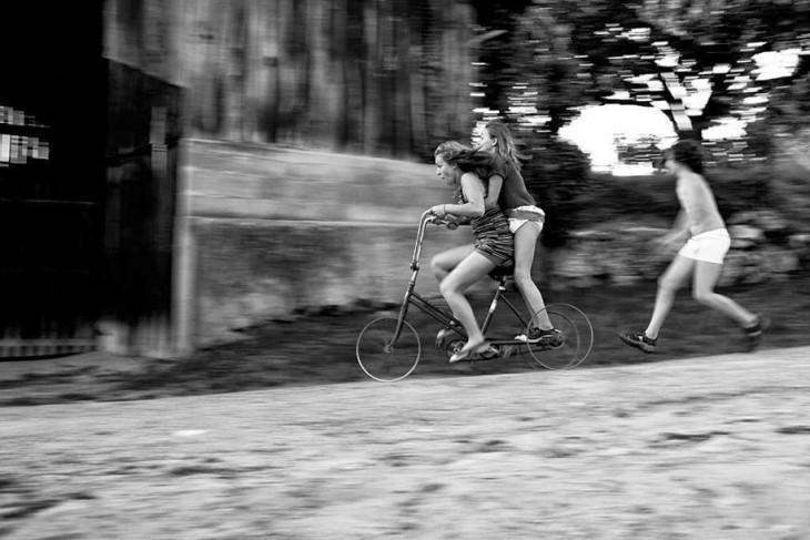 Niñas sobre una bicicleta