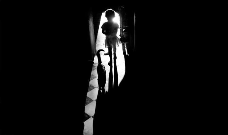 Niña entrando a un cuarto oscuro