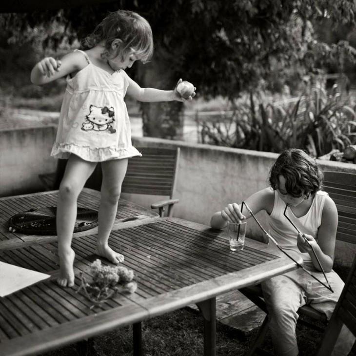 Niña sobre una mesa