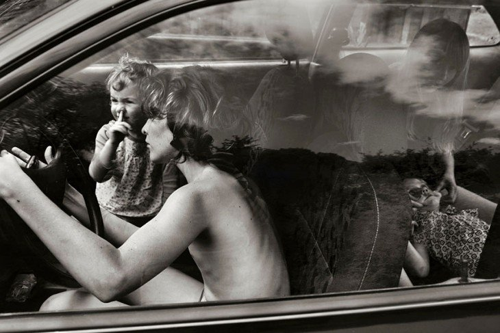 Niños dentro de un carro jugando