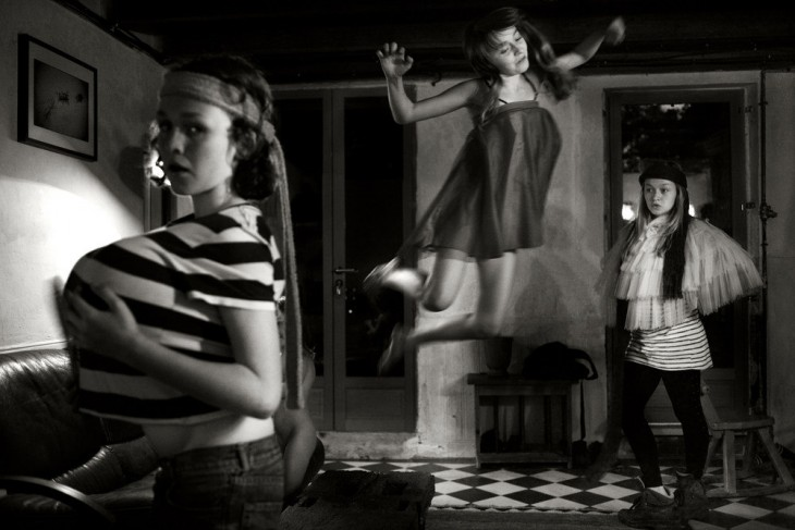 Chicas jugando en un cuarto