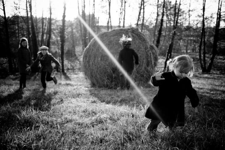 Niños jugando con paja en el patio