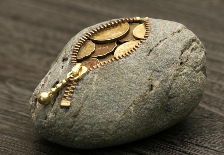 Monedero en forma de piedra