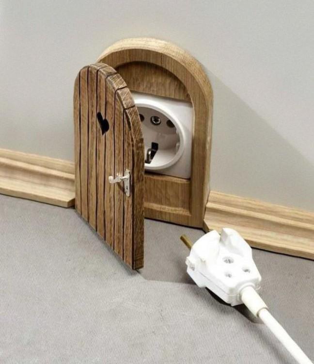 Puerta que esconde enchufes