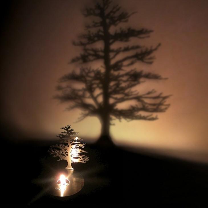 Lampara que proyecta un árbol