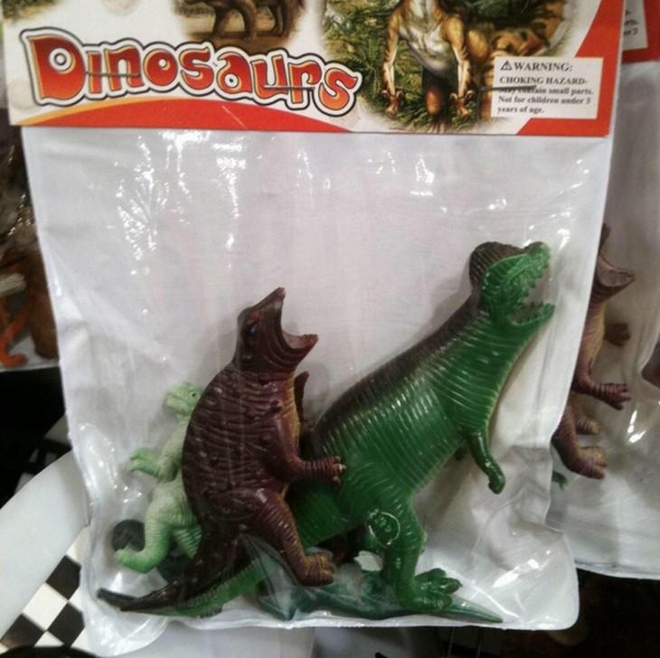 Dinosaurios de juguete en una forma extraña