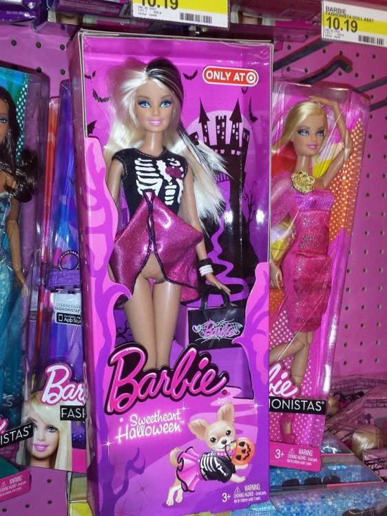 Barbie con la falda levantada