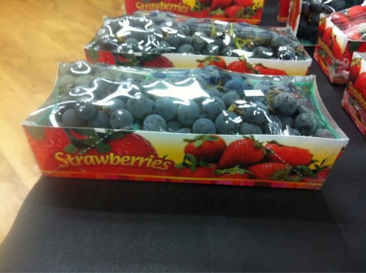 Empaque de fresas que tienen uvas