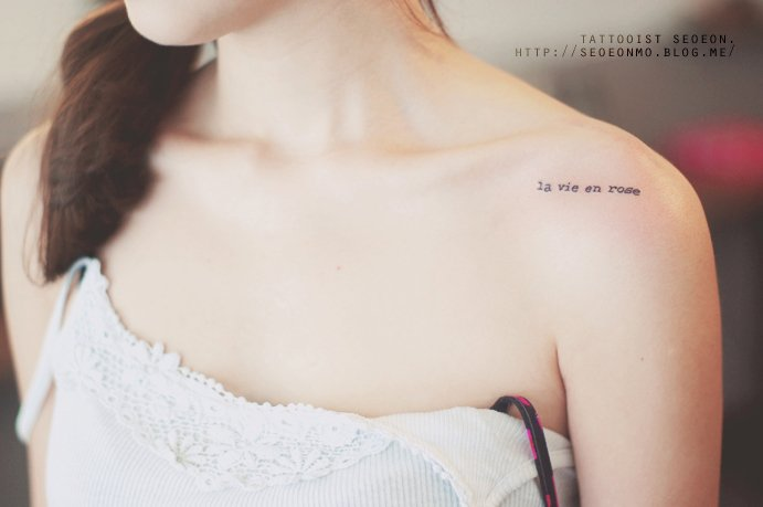 Tatuaje minimalistas con frases en el hombre