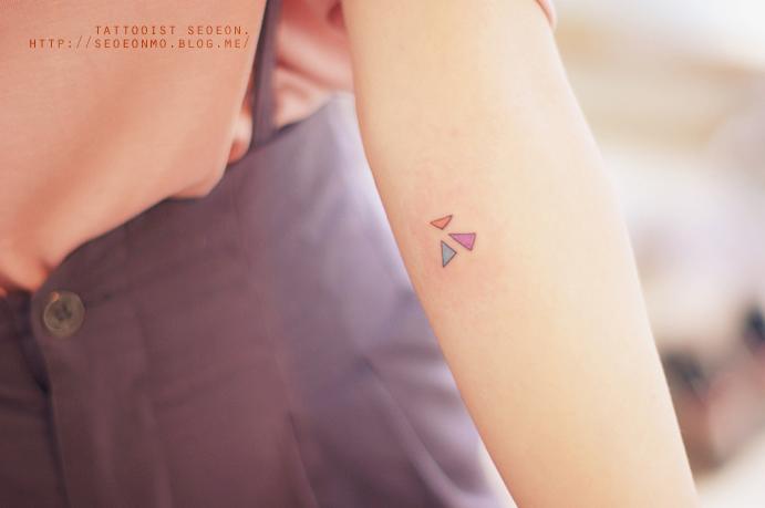 Tatuaje minimalista de triángulos