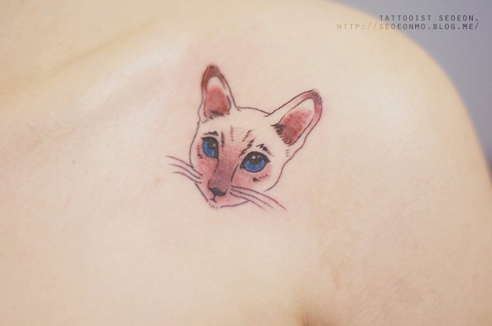 Tatuaje minimalista de gato en el hombre de una chica