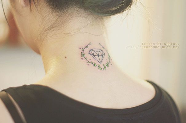 Tatuaje minimalista de diamante en el cuello