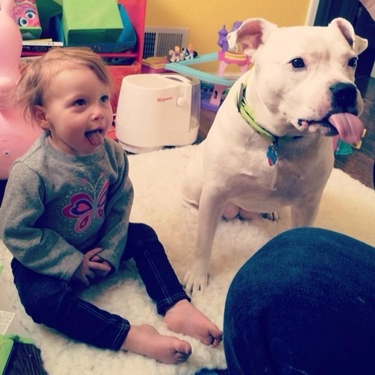 Niños que se creen animales sancando la lengua