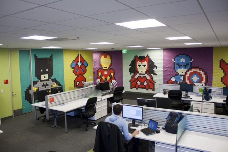 Oficina con murales de superhéroes hechos con post-it