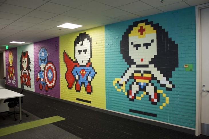 Pared con murales de superhéroes