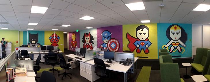 Paredes de la oficina cubierto de post-it de superhéroes