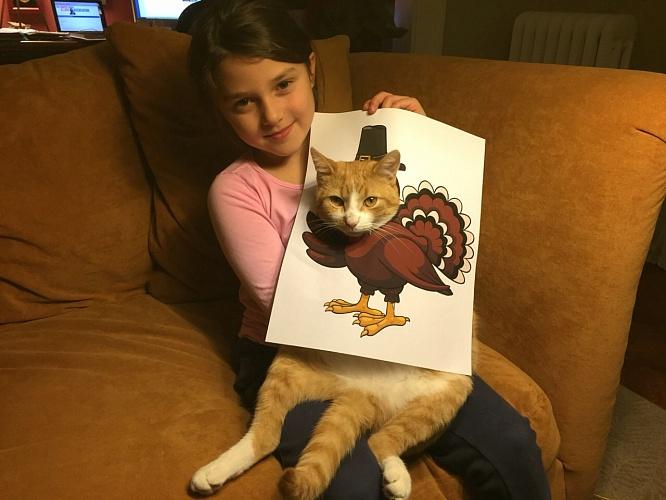 Niña con un dibujo de pavo real con cara de gato