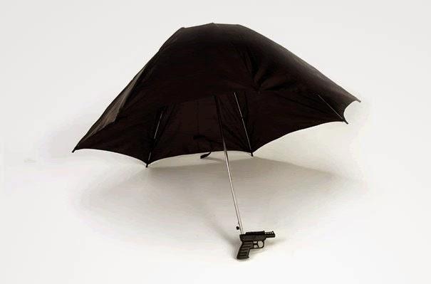 Paraguas con una pistola de agua