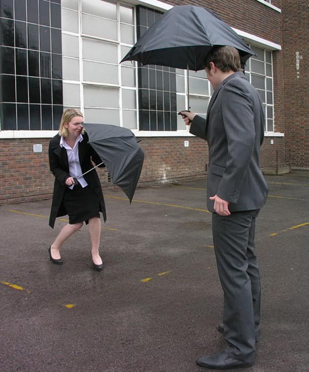 Personas jugando con un paraguas de pistola