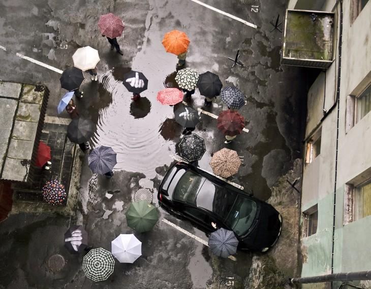 Paraguas de pintar dedo entre otras sombrillas