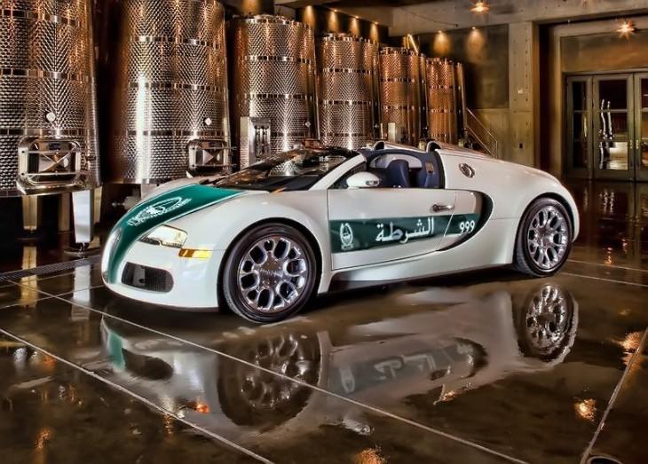 Buggatti Veyron, patrulla de deubai en un lugar lujoso