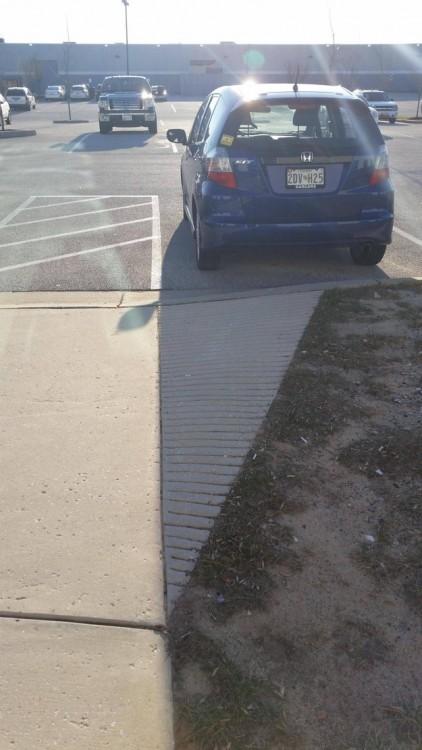 Coche estacionado y su sombra encaja perfecto en la acera