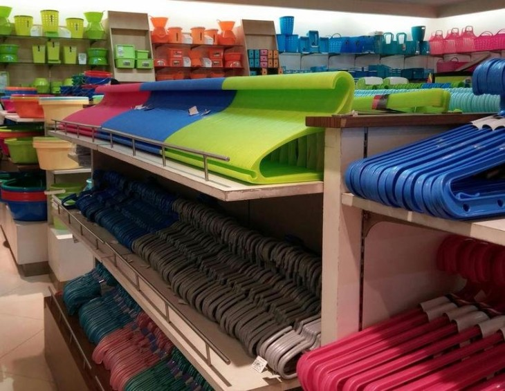 Ganchos de ropa ordenados por color