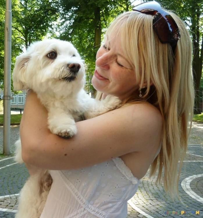 mujer abrazando a perro