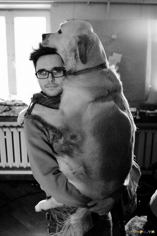 hombre agarrando a su perro